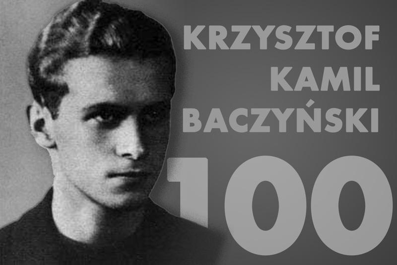 """Może być zdjęciem przedstawiającym 1 osoba i tekst """"SAPERE AUDE 100. rocznica urodzin Krzysztofa Kamila Baczyńskiego FOTOŽródło:gov.pl FOTO Źródło: gov.pl """"Zanim padłeś, jeszcze ziemiÄ™ przeżegnałeś rÄ™kÄ…. Czy to była kula, synku, czy to serce pekło?"""" krzyszhof kamil baczyaski Program Rozwoju @rganizacj nglata2018-203 PROO Sfinansowano przez Narodowy Instytut WolnoÅ›ci- Centrum Rozwoju Społeczeństwa Obywatelskiego środków Programu Rozwoju Organizacji Obywatelskich na lata 2018 2030 NIW Narodowy Instytut WolnoÅ›ci"""""""